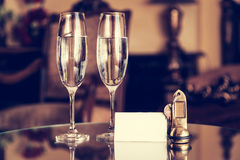 Vidros completos do champanhe, chaves antigas e cartão branco vazio Apartamento do hotel de luxo Imagem de Stock