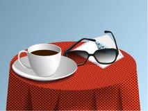 Vidros, copo e cartão em toalhas de mesa fotos de stock royalty free