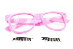 Vidros cor-de-rosa e pestanas falsificadas Fotografia de Stock