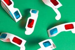 Vidros 3d de papel em um fundo verde Conceito da película Cinema em 3d Fotos de Stock