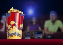 vidros 3d e pipoca no cinema da poltrona Fotos de Stock