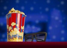 vidros 3d e pipoca no cinema da poltrona Imagem de Stock Royalty Free