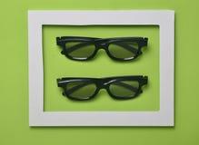 vidros 3d em um quadro branco em um fundo pastel verde Tendência minimalista Fotografia de Stock