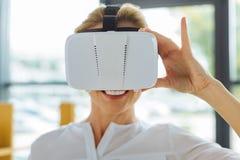 vidros 3D que estão sendo vestidos por uma mulher positiva alegre agradável Imagem de Stock Royalty Free