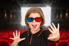 Vidros 3d vestindo gritando da moça em um cinema Foto de Stock