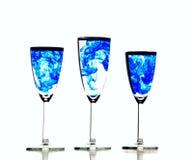 Vidros da água com água fluida química azul Foto de Stock