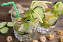 Vidros da água com fruto, gengibre, pepino e manjericão Imagem de Stock