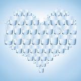 Vidros da água dados forma com coração. Saudável Imagens de Stock