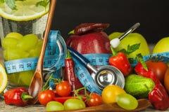 Vidros da água e de um medidor do ` s do alfaiate Frutas e verdura O conceito da perda de peso Dieta saudável Imagem de Stock
