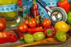 Vidros da água e de um medidor do ` s do alfaiate Frutas e verdura O conceito da perda de peso Dieta saudável Imagens de Stock