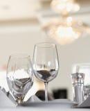 Vidros da água e de vinho na tabela Imagens de Stock