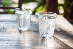 Vidros da água fria na tabela de madeira Imagem de Stock