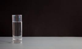 Vidros da água no fundo preto Nutrição saudável Fotos de Stock