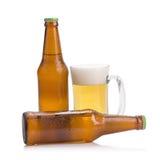 vidros da cerveja e da garrafa de cerveja isoladas no fundo branco Imagens de Stock