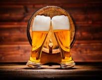 Vidros da cerveja pilsen com o barril de madeira velho fotos de stock royalty free