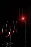 Vidros da garrafa e do twowine de vinho tinto com o alargamento no backgrou preto Imagens de Stock Royalty Free