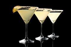 Vidros da gota de limão martini com fatias de fruto Fotos de Stock Royalty Free