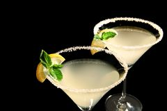 Vidros da gota de limão martini com fatias de fruto Imagens de Stock Royalty Free