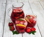 Vidros da limonada com morangos Foto de Stock Royalty Free
