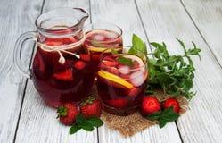 Vidros da limonada com morangos Imagens de Stock Royalty Free
