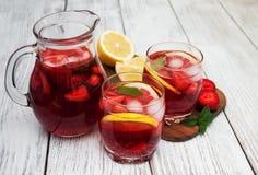 Vidros da limonada com morangos Fotografia de Stock Royalty Free