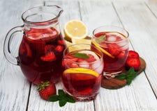 Vidros da limonada com morangos Fotografia de Stock