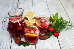 Vidros da limonada com morangos Imagens de Stock