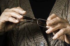 Vidros da posse das mãos das mulheres Imagem de Stock Royalty Free