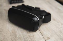 Vidros da realidade virtual de VR em uma tabela imagens de stock