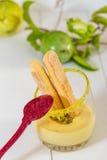 Vidros da sobremesa do fruto de paixão com colher vermelha imagem de stock royalty free