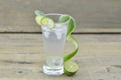 Vidros da soda do limão com gelo no fundo de madeira rústico imagens de stock royalty free