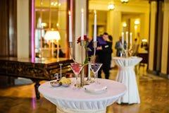 Vidros das framboesas, morangos, amoras-pretas Jantar de gala em um restaurante luxuoso fotos de stock royalty free