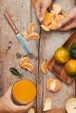 Vidros das tangerinas suco de laranja e dos frutos, vitamina alta C imagens de stock