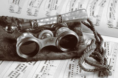 Vidros de ópera antigos na música de folha Imagens de Stock