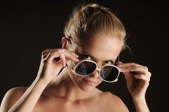 Vidros de Antisun e mulher nova bonita Foto de Stock Royalty Free