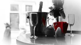 Vidros de brilho e Champagne em pares de espera do amor da cubeta filme