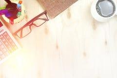 Vidros de Brown e calculadora financeira, xícara de café na tabela de madeira vazia Foto de Stock Royalty Free