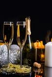Vidros de Champagne ainda na vida festiva Fotos de Stock