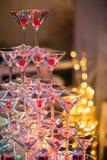Vidros de Champagne Champanhe da corrediça do casamento para noivos Vidros coloridos do casamento com champanhe Serviço da restau Imagens de Stock