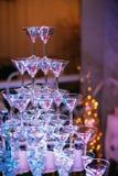 Vidros de Champagne Champanhe da corrediça do casamento para noivos Vidros coloridos do casamento com champanhe Serviço da restau Fotos de Stock Royalty Free