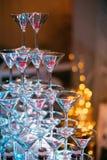 Vidros de Champagne Champanhe da corrediça do casamento para noivos Vidros coloridos do casamento com champanhe Serviço da restau Imagens de Stock Royalty Free