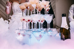 Vidros de Champagne Champanhe da corrediça do casamento para noivos Vidros coloridos do casamento com champanhe Serviço da restau Fotografia de Stock