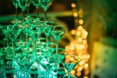 Vidros de Champagne Champanhe da corrediça do casamento para noivos Vidros coloridos do casamento com champanhe Serviço da restau Fotografia de Stock Royalty Free