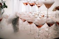 Vidros de Champagne Champanhe da corrediça do casamento para noivos Vidros coloridos do casamento com champanhe Serviço da restau imagem de stock