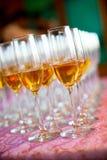 Vidros de Champagne do banquete e do casamento fotos de stock royalty free