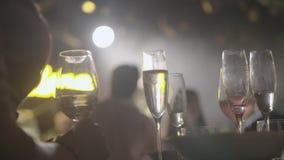Vidros de Champagne em uma bandeja vídeos de arquivo