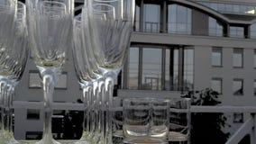 Vidros de Champagne em uma fileira filme