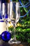 Vidros de Champagne no fundo do ano novo imagens de stock royalty free