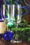Vidros de Champagne no fundo do ano novo foto de stock royalty free