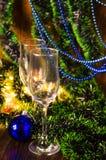 Vidros de Champagne no fundo do ano novo foto de stock